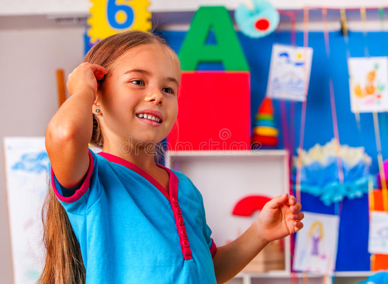Kinderporträt im Kindergarten Kleiner Studentenmädchen-Malereikunstunterricht lizenzfreies stockbild