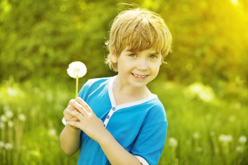 Kinderporträt-Löwenzahn im Freien, Little Boy-Mode-Schönheits-Gesicht lizenzfreie stockfotos