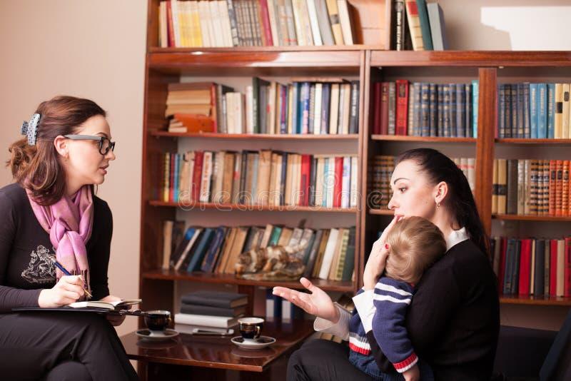 Kinderpsychologe die Mutter mit Kind lizenzfreie stockfotos