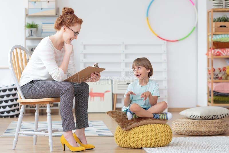 Kinderratgeber während der Psychotherapiesitzung stockfoto