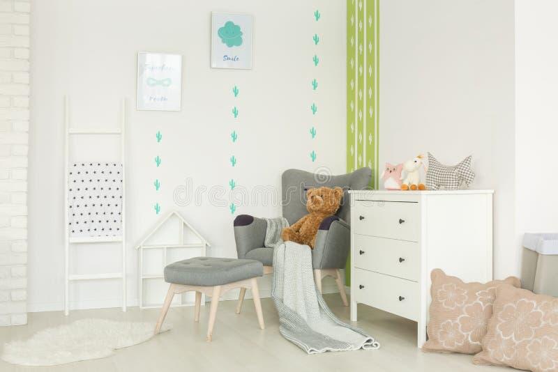 Kinderraum mit Kaktusdekor lizenzfreie stockbilder