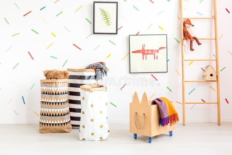 Kinderraum mit Spielzeugtaschen stockfoto