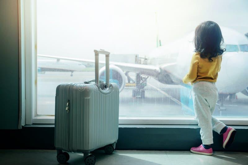 Kinderreisendes Konzept Rückseite einer zwei Jahr-alten Mädchen-Aufwartung stockfotografie
