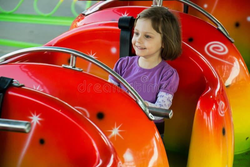 Kinderreiten auf einer Achterbahn stockfoto
