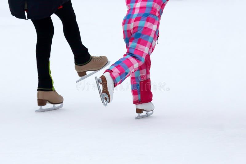 Kinderrochen auf der Eisbahn stockfotos