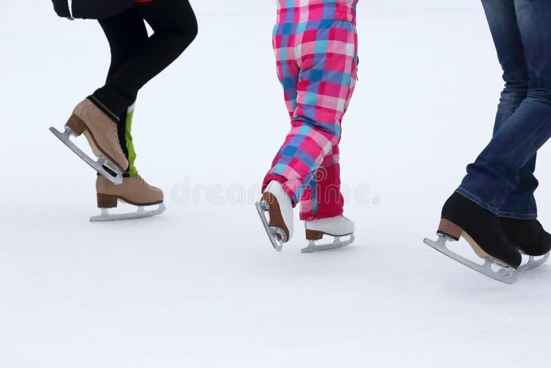 Kinderrochen auf der Eisbahn lizenzfreie stockfotos