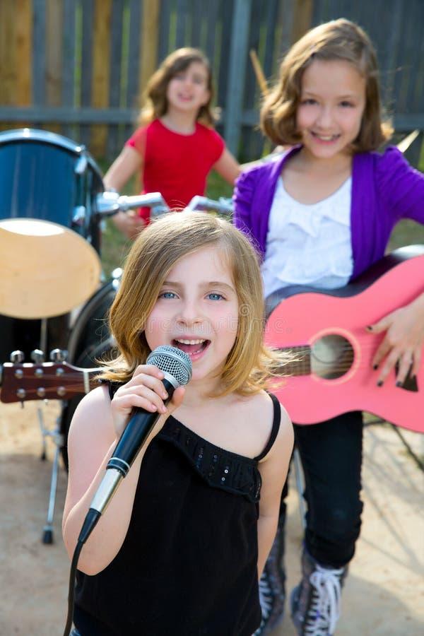 Kindersängermädchen, das Liveband im Hinterhof spielend singt lizenzfreies stockbild
