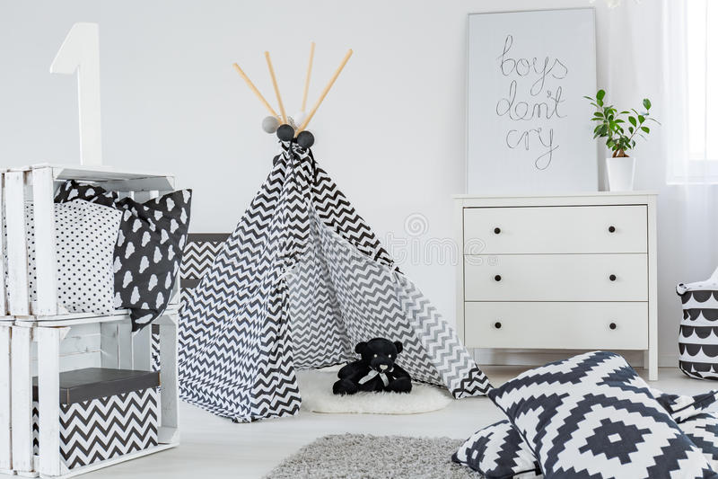 Kinderschlafzimmer mit Spielzelt lizenzfreies stockbild