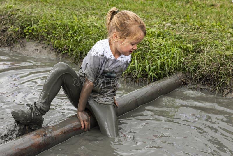 Kinderschlamm-Rennen in Biddinghuizen stockbild