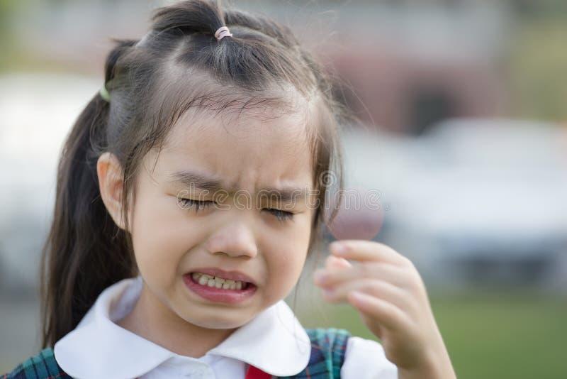 Kinderschreiender erster Tag gehen vor zur Kindergartenschule stockfotos