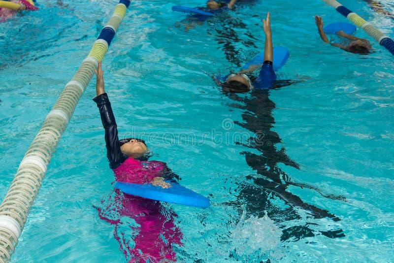 Kinderschwimmen stockbild