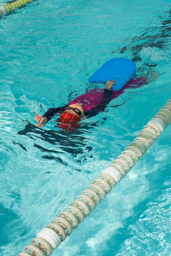 Kinderschwimmen lizenzfreie stockfotos