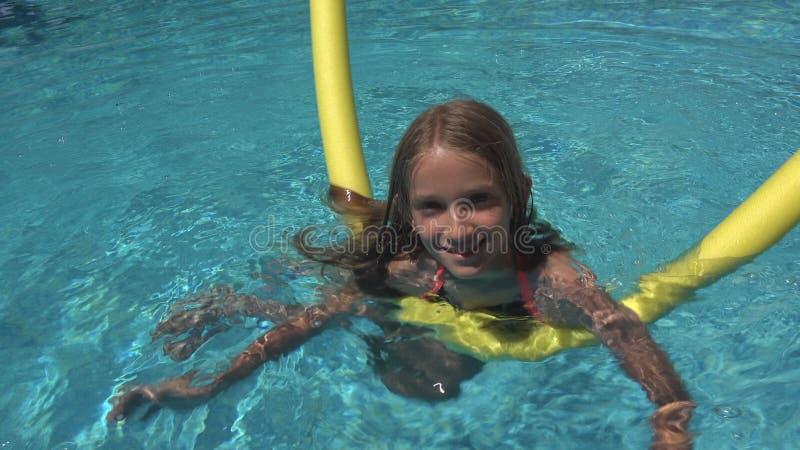 Kinderschwimmen im Pool, lächelndes Kind, Mädchen-Porträt Sommer-Ferien genießend stockfotos