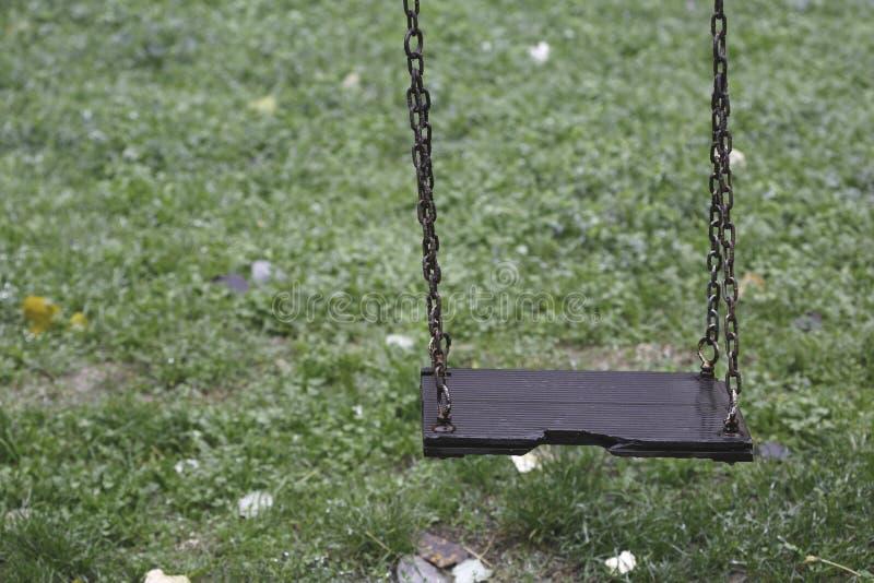 Kinderschwingen im Park stockfotos
