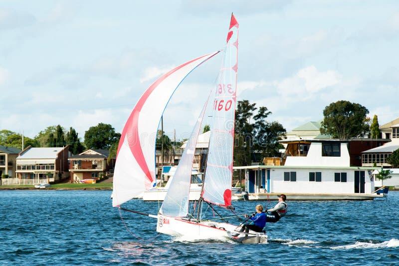 Kindersegelwettbewerb in den Schlauchbooten lizenzfreie stockfotos