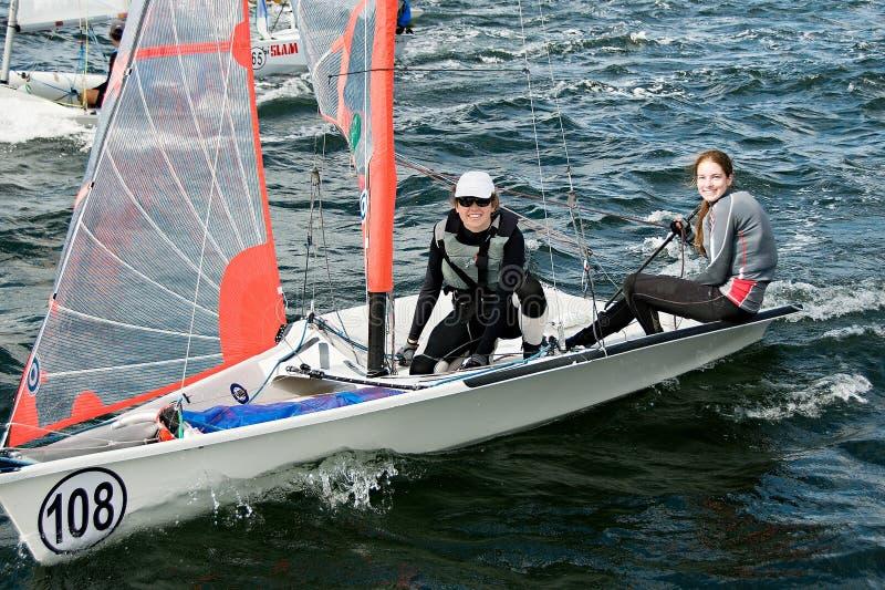 Kindersegelwettbewerb in den Schlauchbooten stockbild