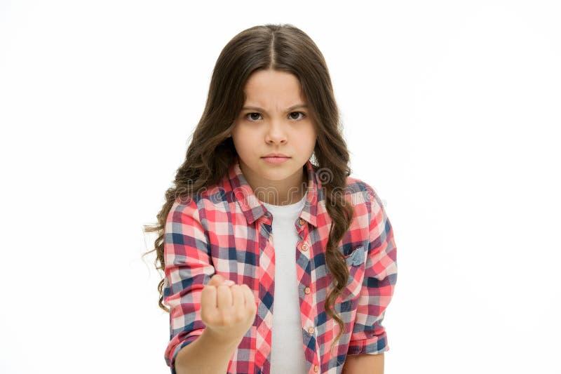 Kindershow-Faustgeste lokalisiert auf Weiß Kleines Mädchen mit langem Gefühlärger des gelockten Haares Mädchenenergie Schutz von lizenzfreies stockbild