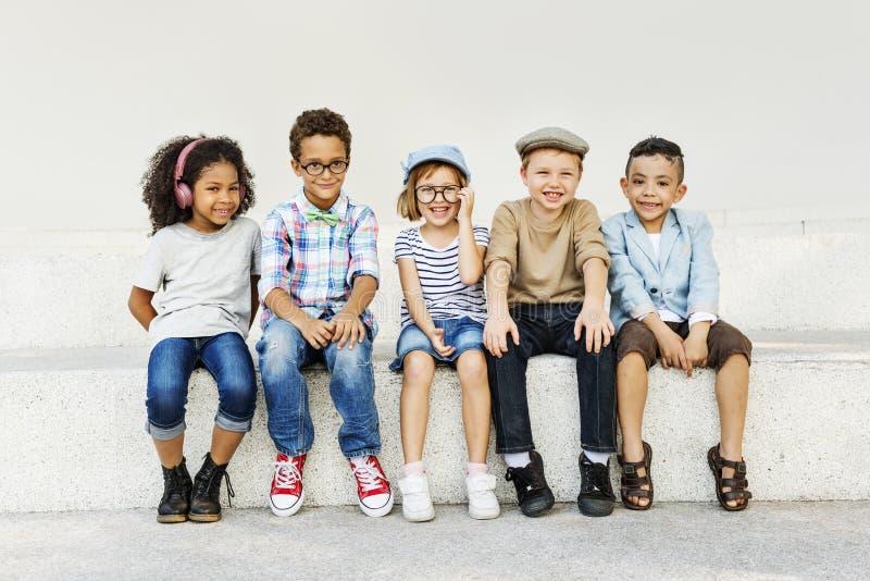 Kinderspaß-Kinderspielerisches Glück-Retro- Zusammengehörigkeits-Konzept stockbild