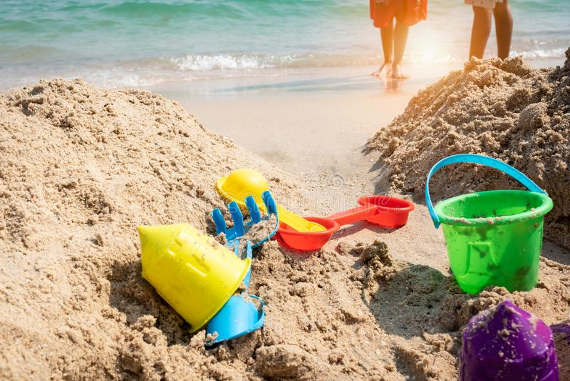 Kinderspeelgoed op tropisch zandstrand stock afbeeldingen