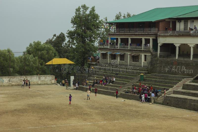 Kinderspiel auf Stadion für Sport stockfotografie