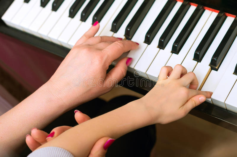 Kinderspiel das Klavier lizenzfreie stockfotografie