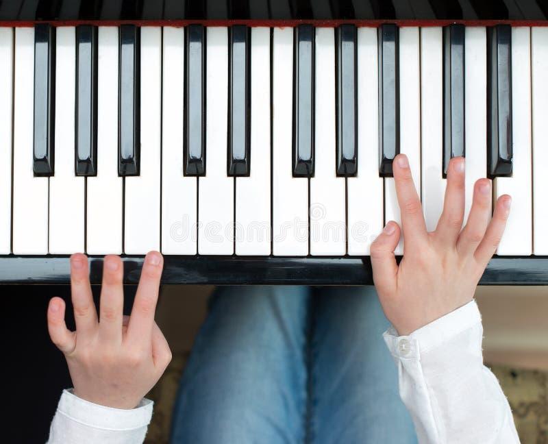 Kinderspiel das Klavier stockfoto