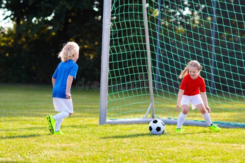 Kinderspiel-Fu?ball Kind am Fu?ballplatz stockfoto