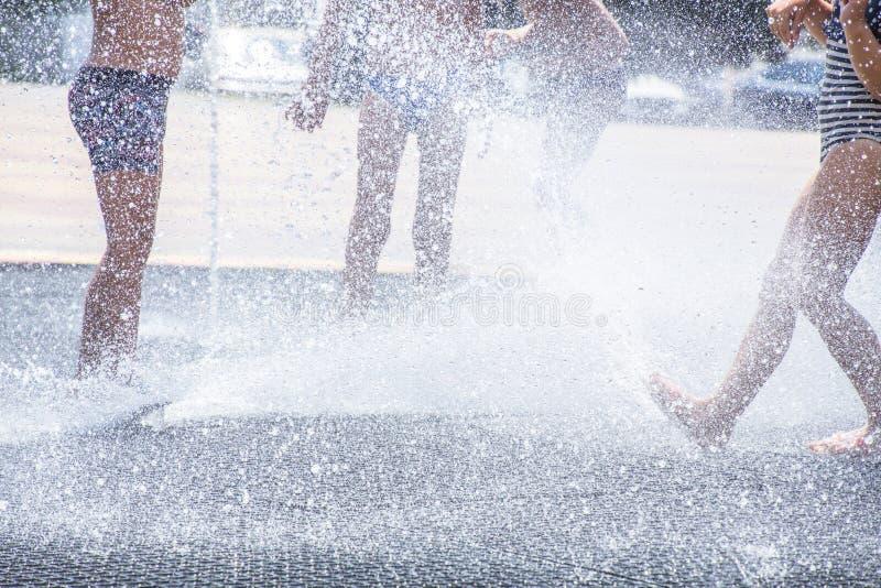 Kinderspiel im Brunnen lizenzfreie stockfotografie