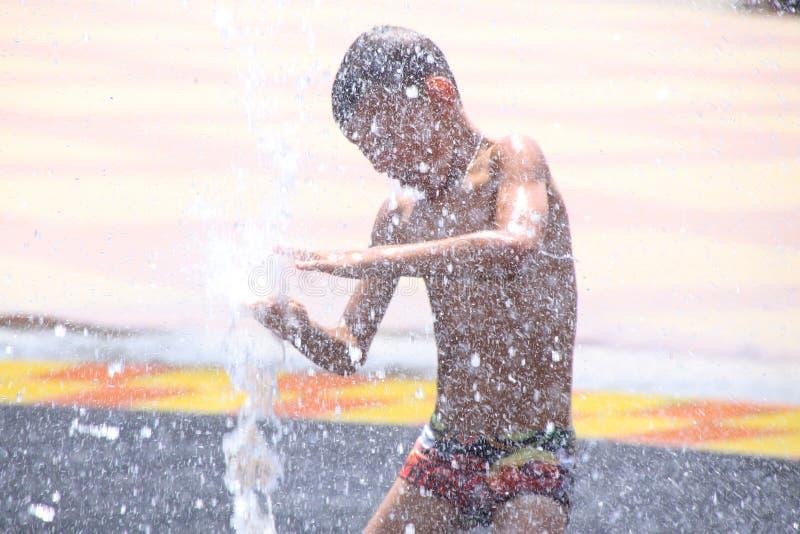 Kinderspiel im Brunnen stockfotografie