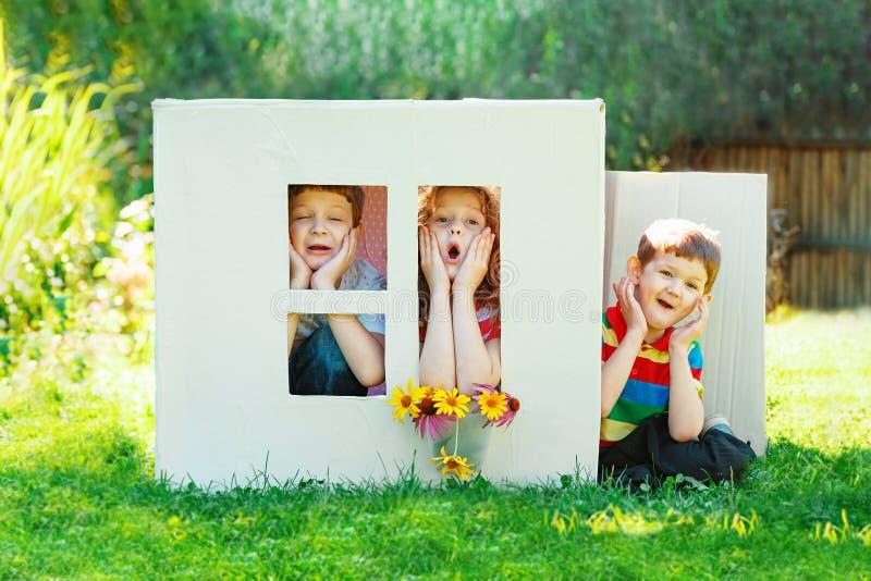 Kinderspiel im Haus gemacht von der Pappschachtel stockfoto
