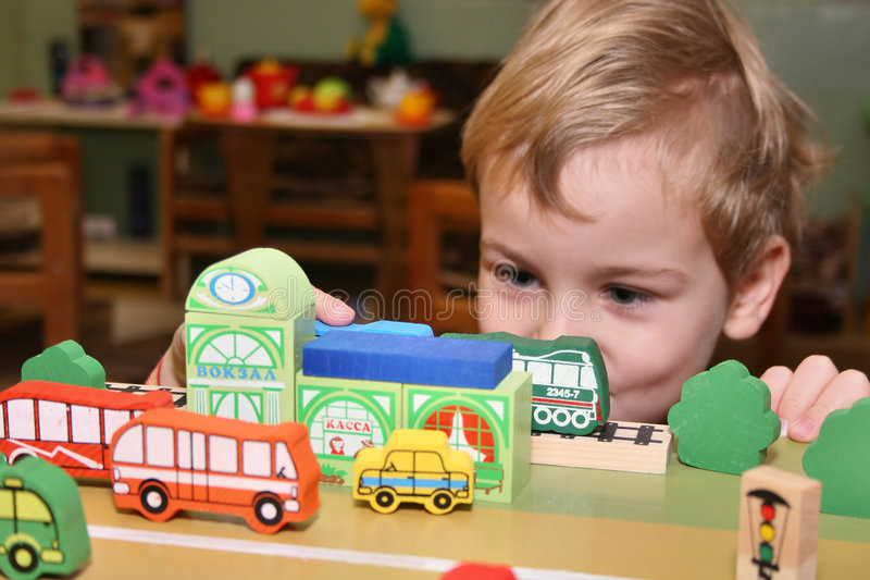 Kinderspiel im Kindergarten lizenzfreie stockbilder