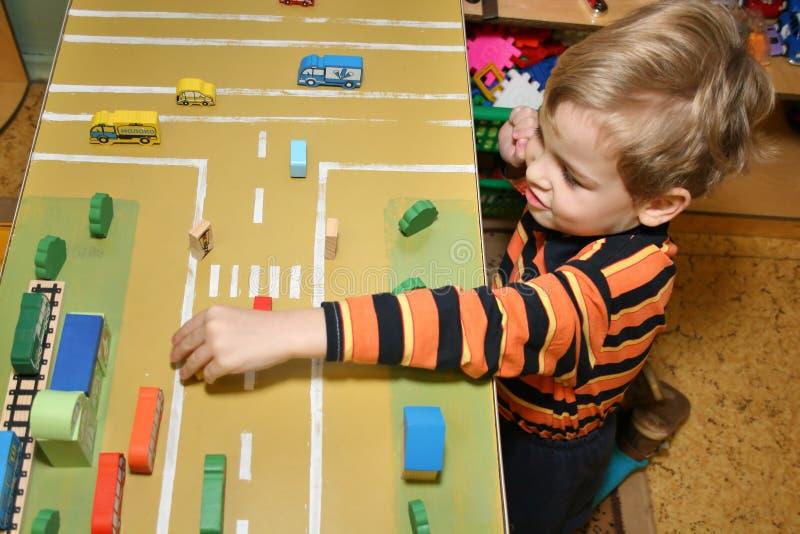 Kinderspiel im Kindergarten stockfotografie