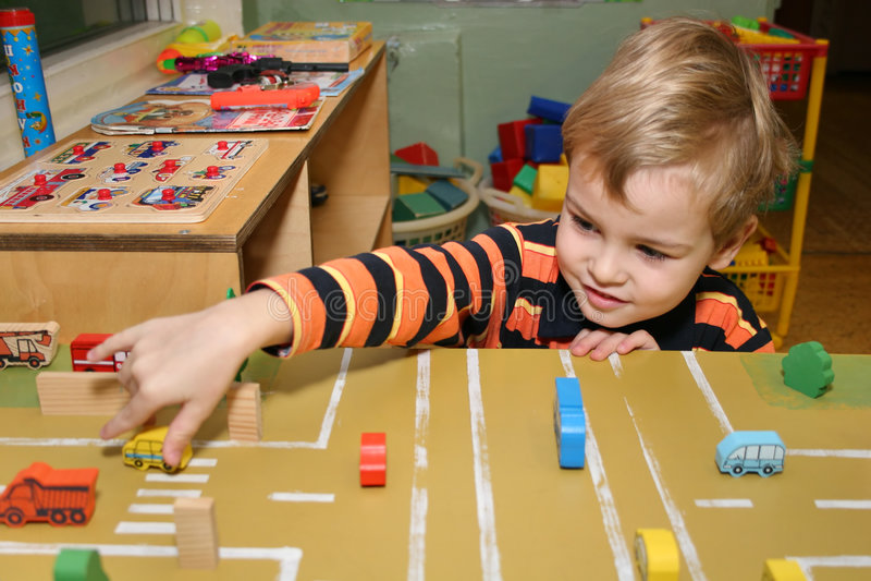 Kinderspiel im Kindergarten lizenzfreies stockbild