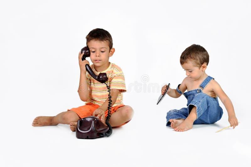 Kinderspiel mit altem Telefon stockbilder