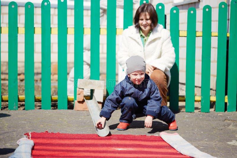Kinderspiel mit Hühnereien an Ostern-Feiertag lizenzfreies stockbild