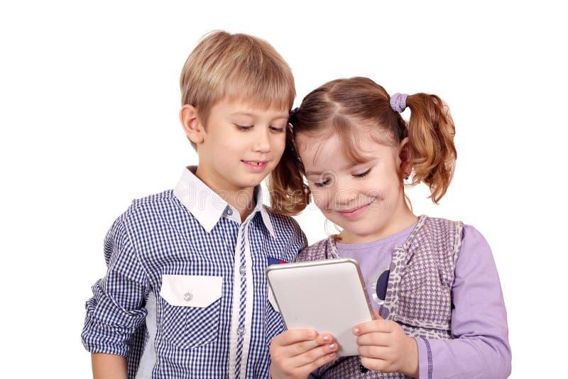 Kinderspiel mit Tablette stockfotos