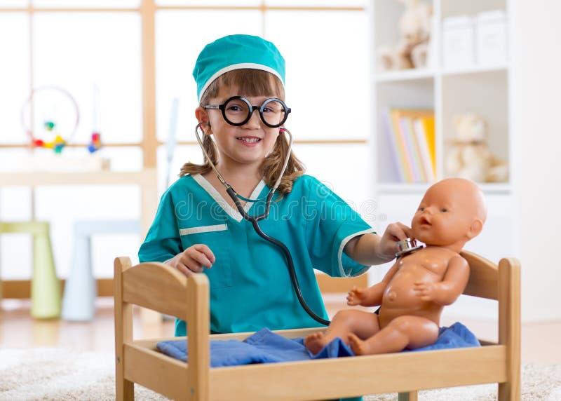 Kinderspiele behandeln mit Baby - Puppe in der Kindertagesstätte lizenzfreie stockfotografie