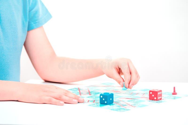 Kinderspiele ein Brettspiel auf Tabelle lizenzfreie stockbilder