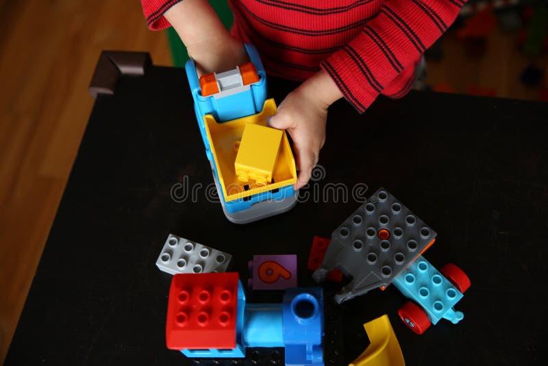 Kinderspiele mit Auto und Würfeln auf dem Tisch stockfoto