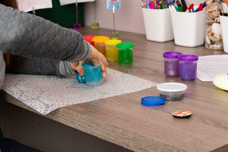 Kinderspiele mit collorfull Schlämmen lizenzfreies stockfoto