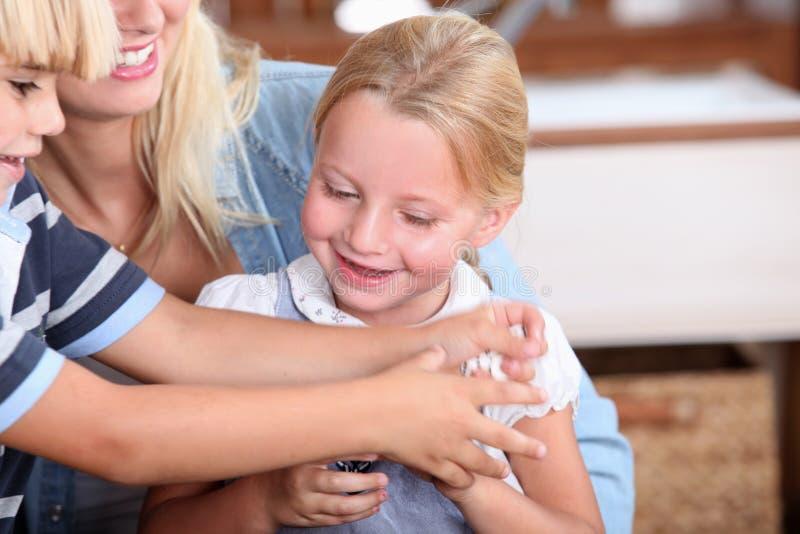 Kinder, Die Füße Mit Feder Tickling Sind Stockbild - Bild