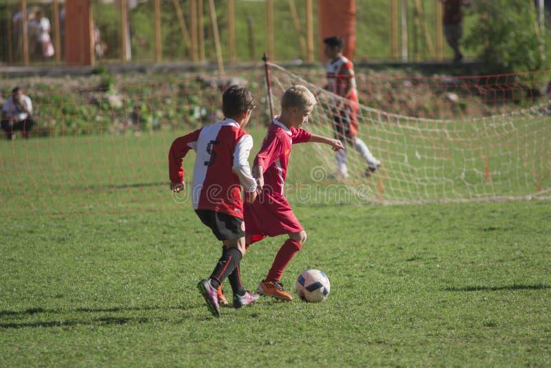 Kinderspielfußball lizenzfreies stockfoto