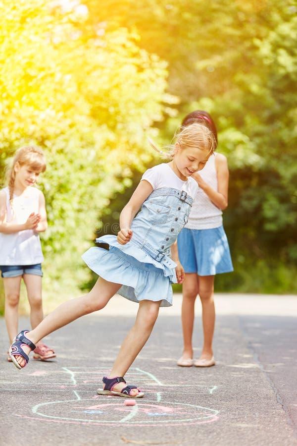 Kinderspielhopse im Sommer stockfotos
