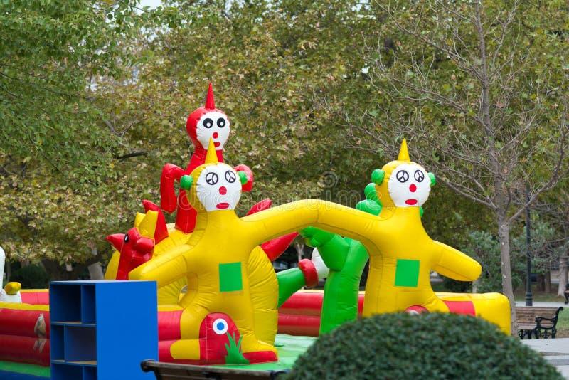 Kinderspielplatz, Trampoline im Stadtpark stockfoto