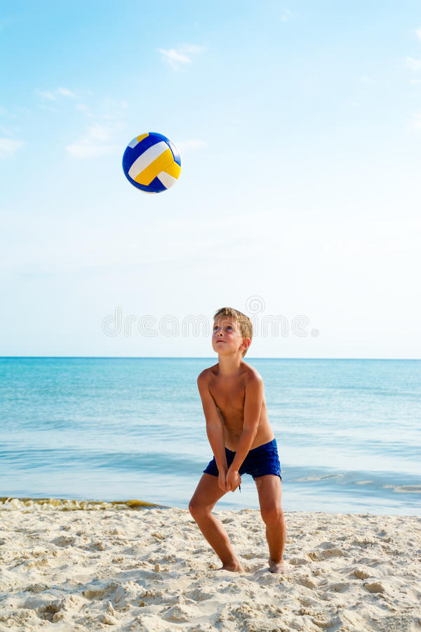 Kinderspielvolleyball auf einem Seestrand lizenzfreie stockfotografie