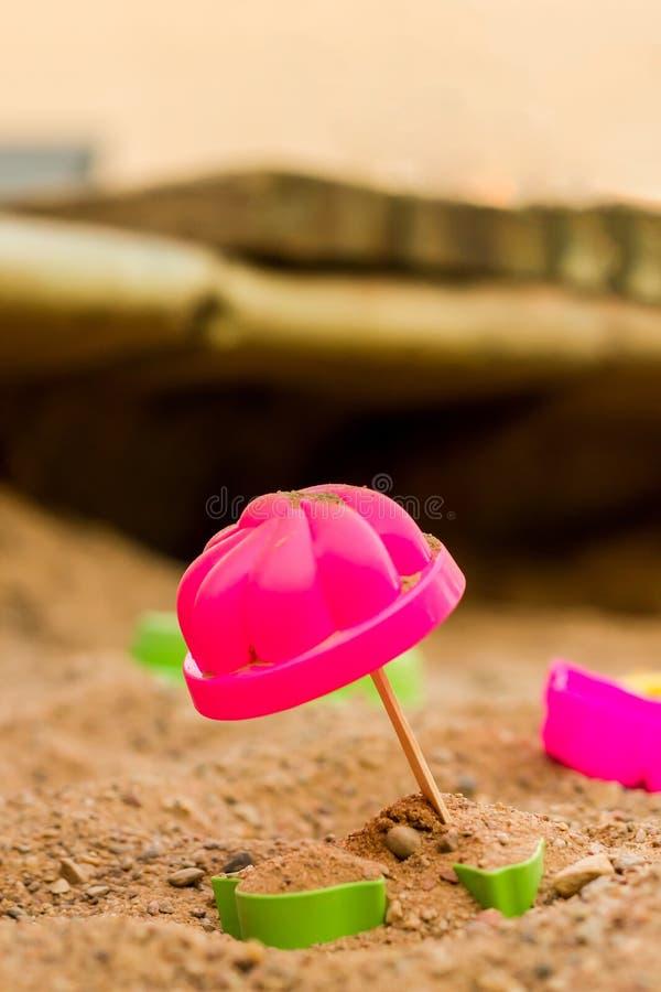 Kinderspielwaren Spielen im Sandkasten Form für Sandförmchen lizenzfreie stockfotos