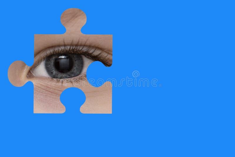 Kinderspione durch ein blaues Puzzlespiel Symbol des Autismusbewusstseins lizenzfreie stockbilder