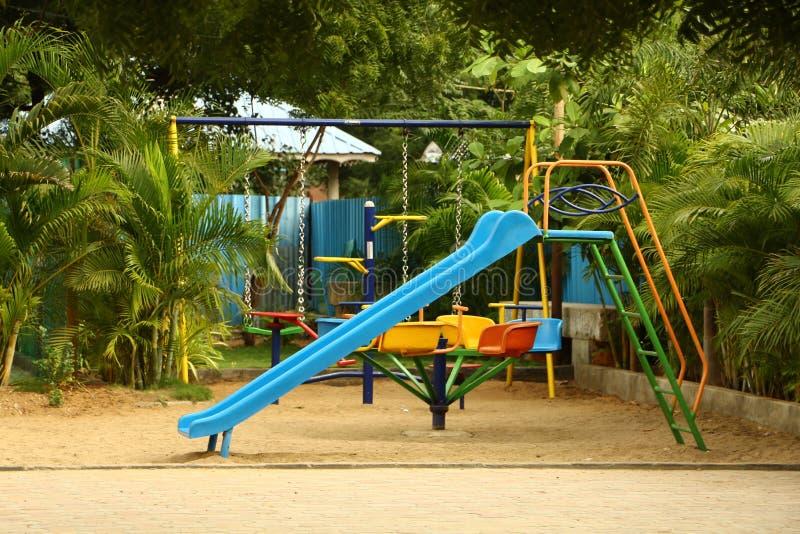 Kindersportpark Een speelterrein, een playpark, of een speelgebied is een plaats specifiek ontworpen om kinderen toe te laten om  royalty-vrije stock fotografie