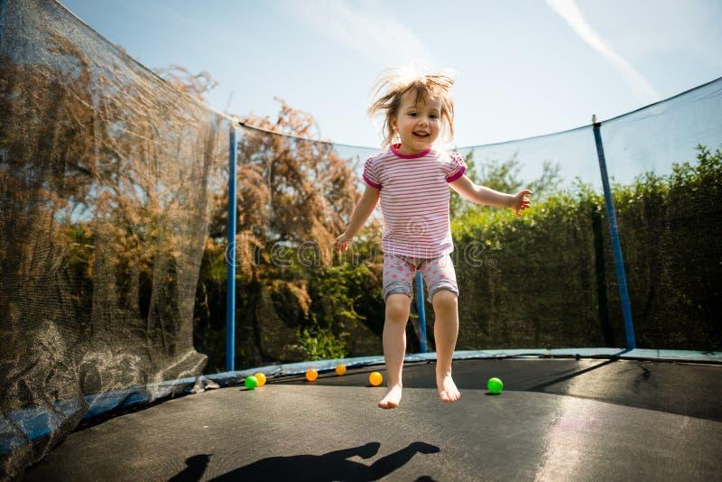 Kinderspringende Trampoline stockfotos