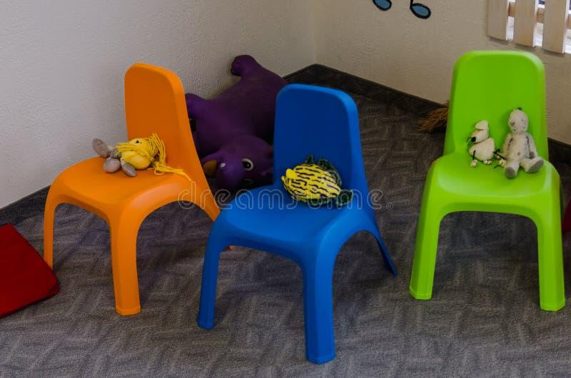 Kinderstühle mit Spielwaren lizenzfreie stockbilder